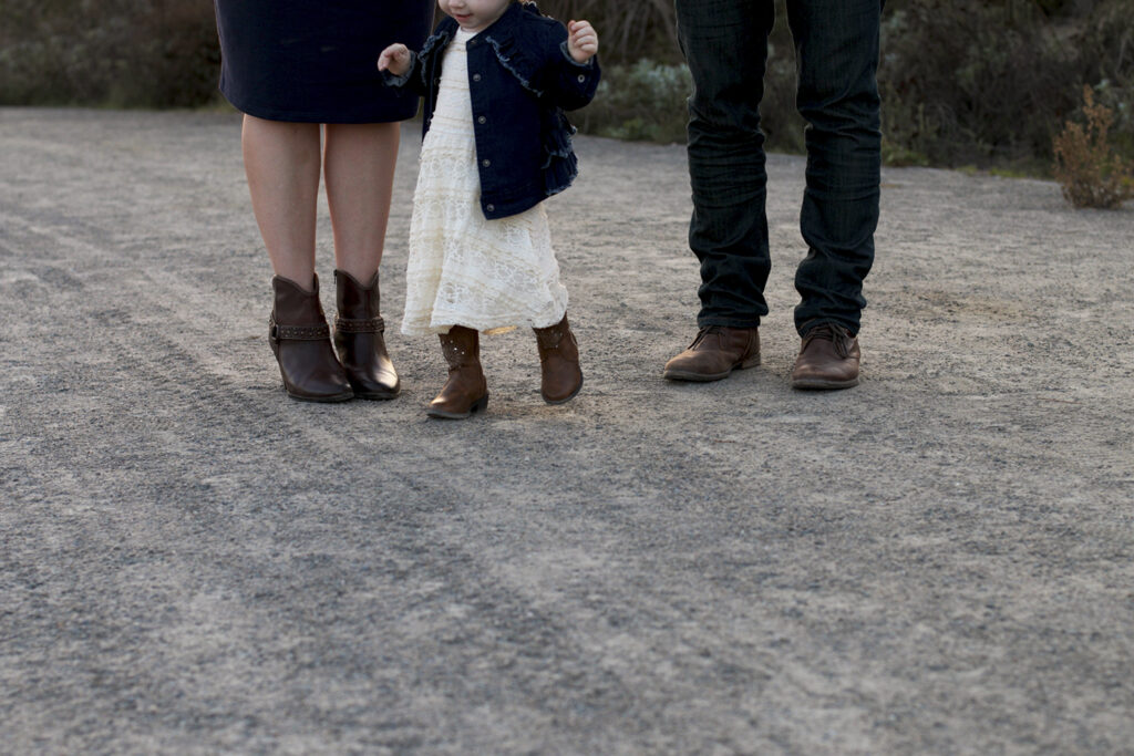 Wondering what to wear in family photos? This country family photo session is filled with plaid, denim and cowboy boots.....perfect for a fun family photo shoot!