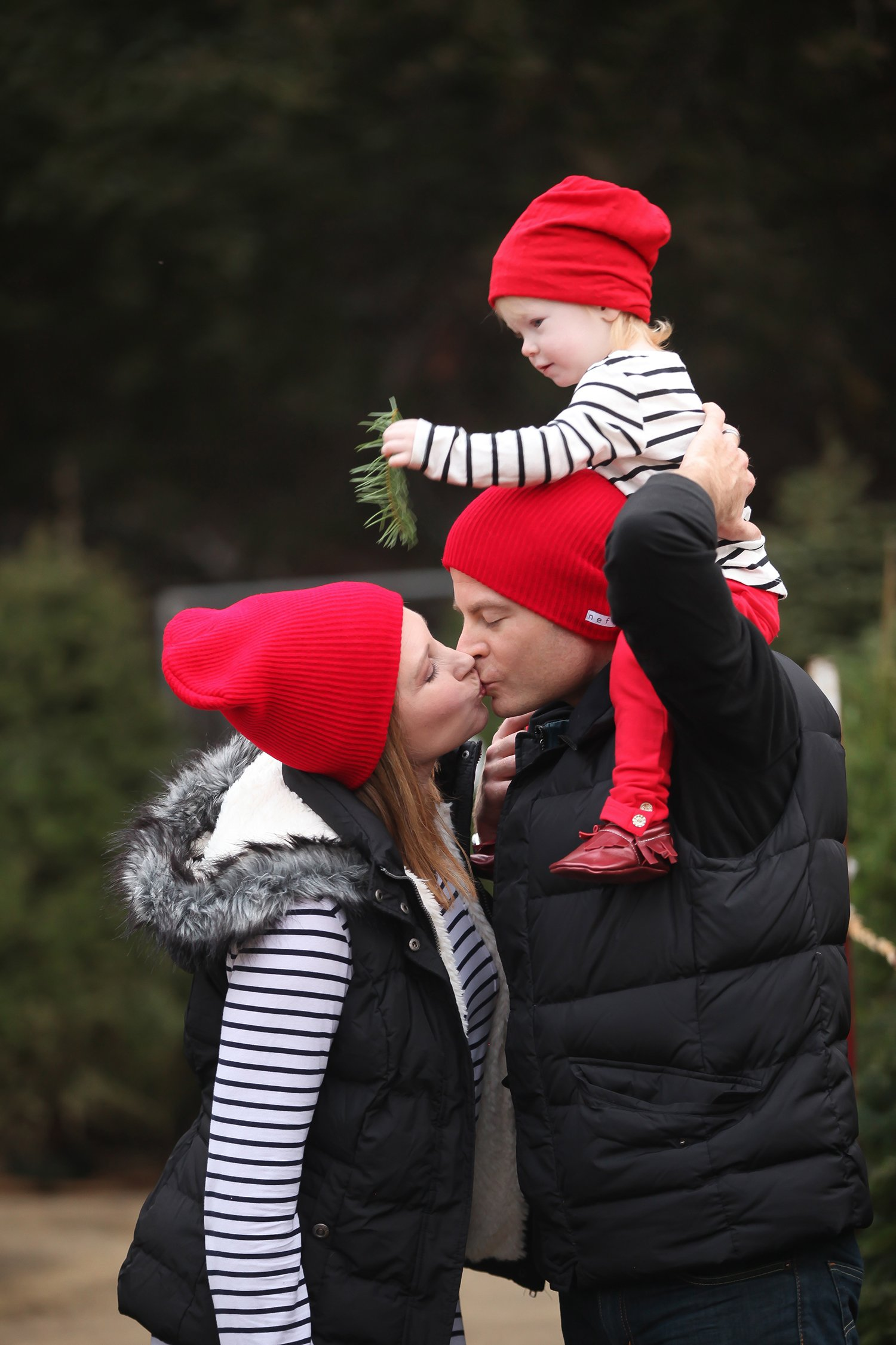 Looking for Easy Family Christmas Pictures Outfits ideas? I love the red accents in this family outfit!