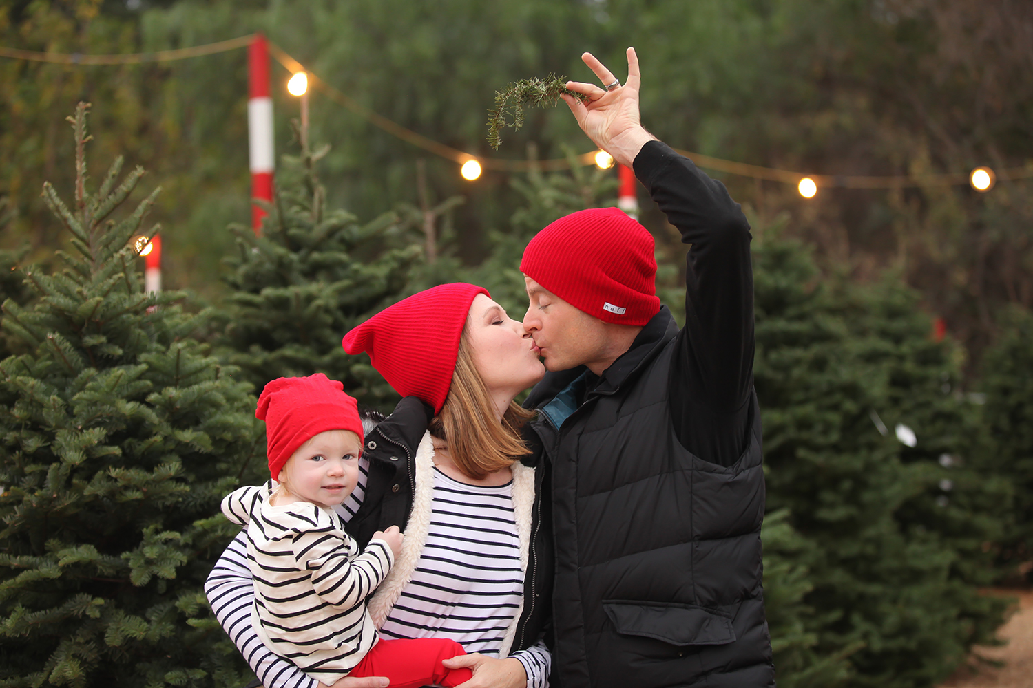 Looking forEasy Family Christmas Pictures Outfits ideas? I love the red accents in this family outfit!