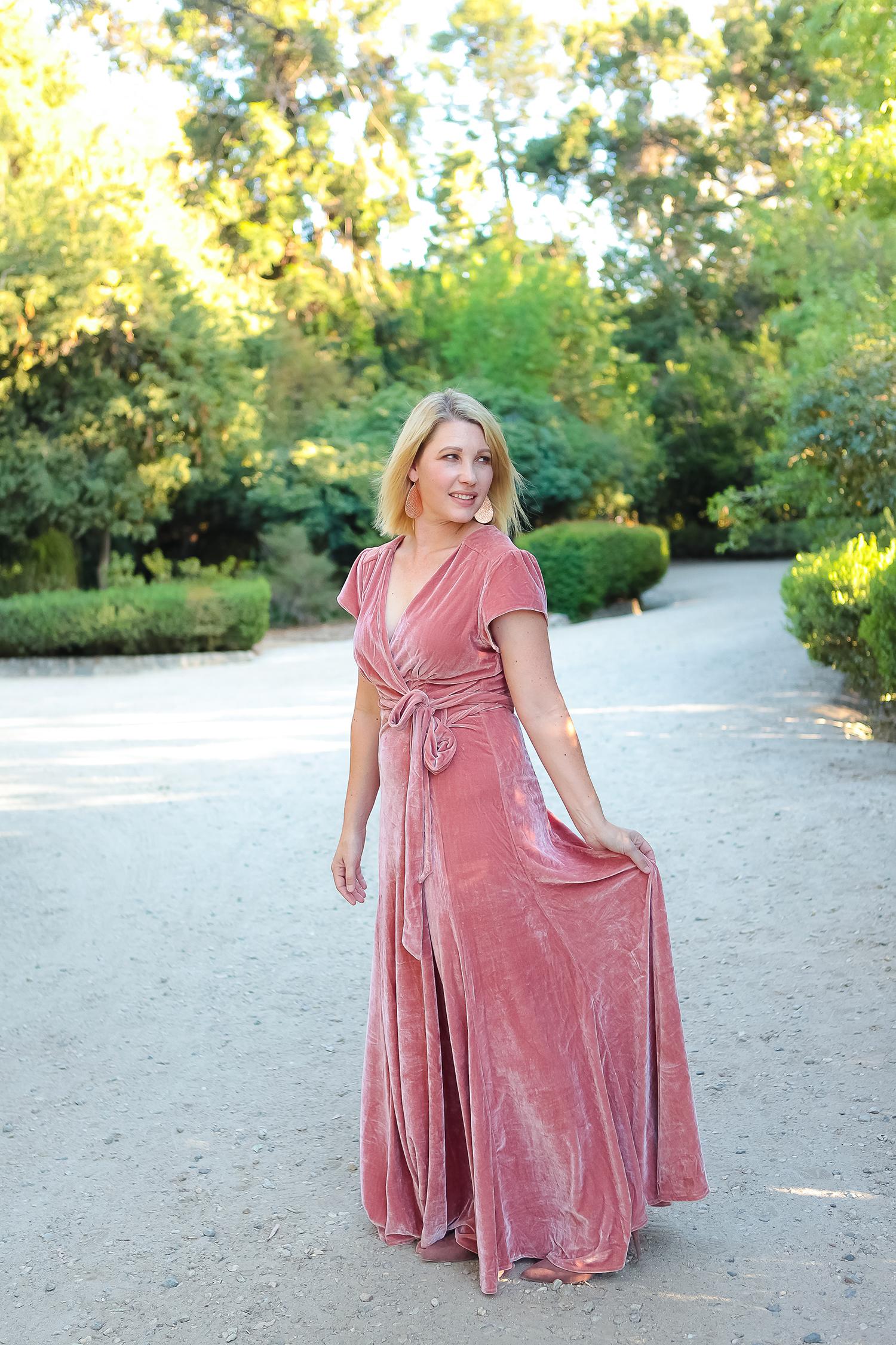 Looking for amazing holiday dresses that won't break the bank! I love this velvet dress! #holidaydresses #velvetdress
