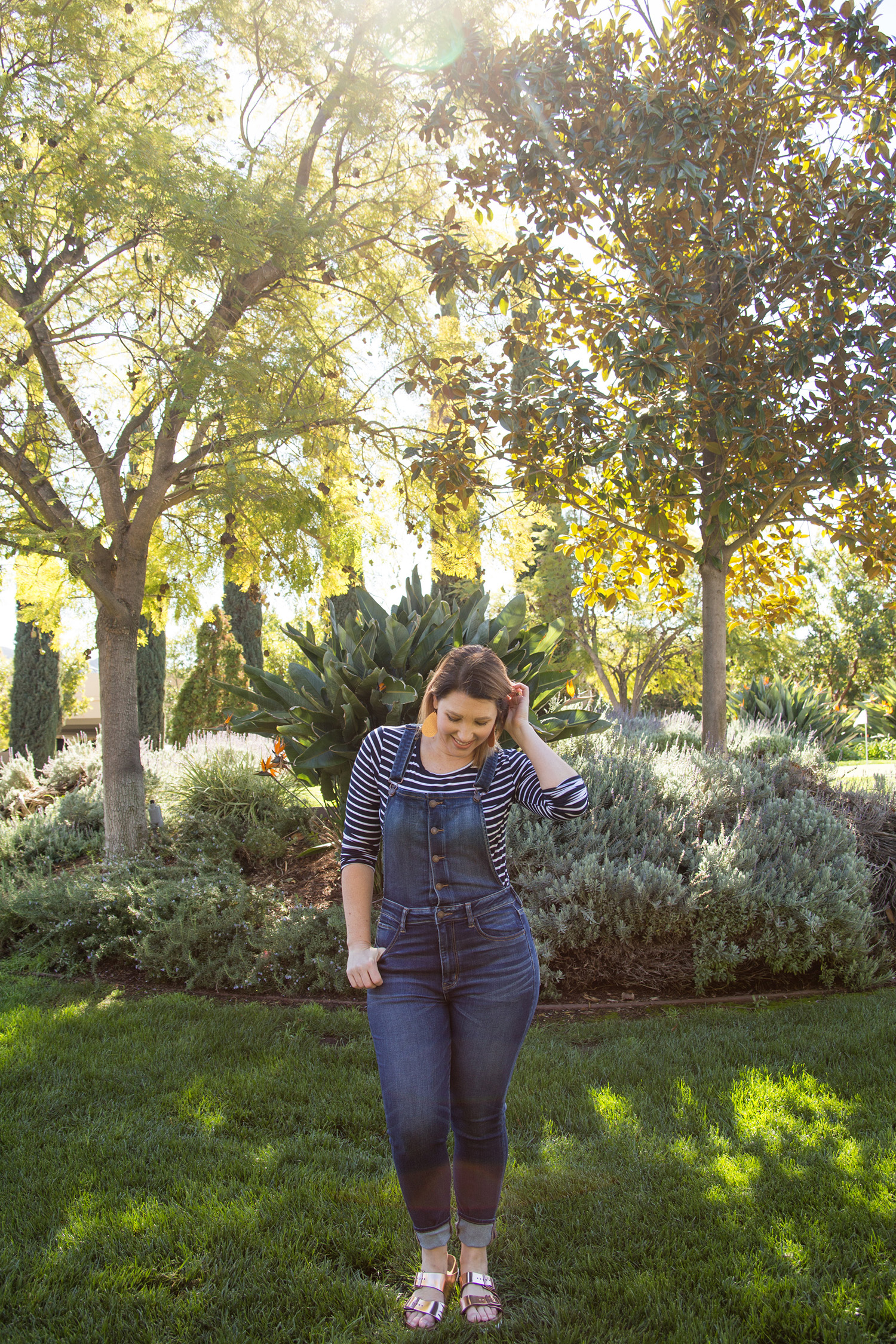 On the search for overalls for women with curves? These dark denim overalls fit perfectly and won't break the bank!