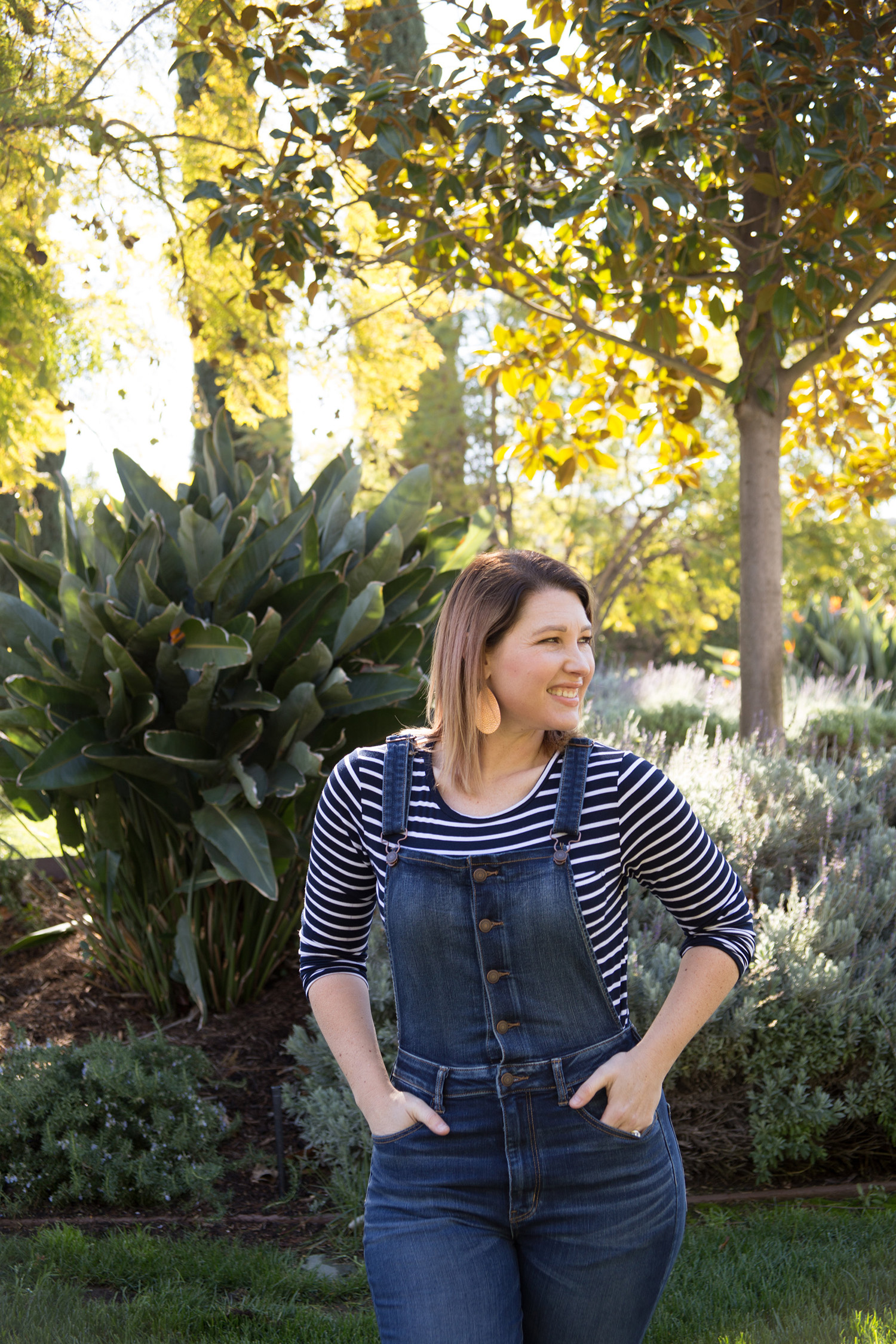 On the search for overalls for women with curves? These dark denim overalls fit like a DREAM!