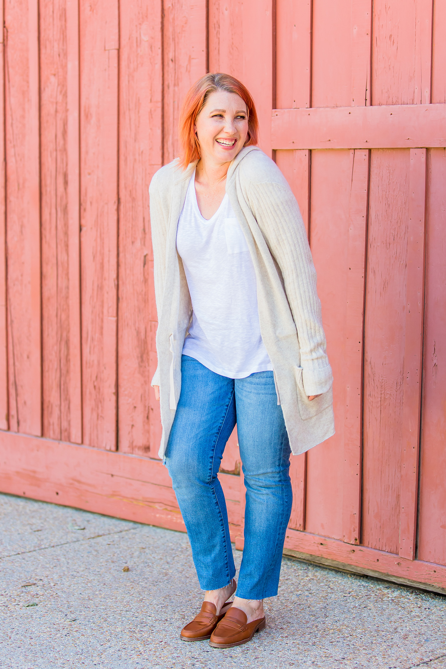 Fall outfits inspiration: I love these straight leg jeans and that hooded sweater!