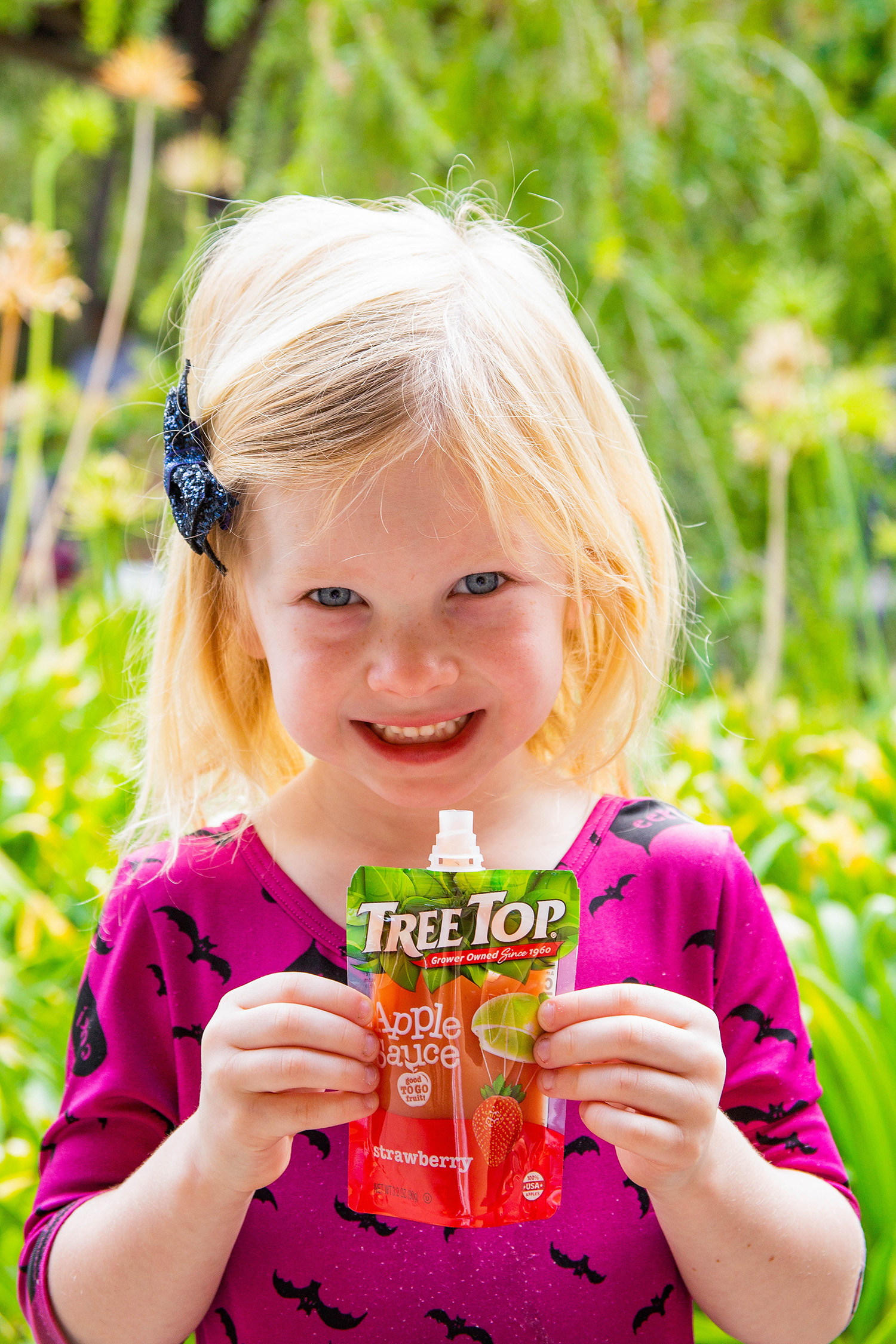 Looking for an easy Halloween craft or(non-candy based) classroom party snack? This easy Halloween craft using Tree Top Apple Sauce pouches is PERFECT!
