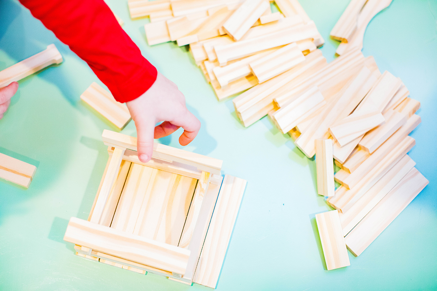 Need recommendations for educational play tools? This teacher's review of keva planks is SUPER helpful!