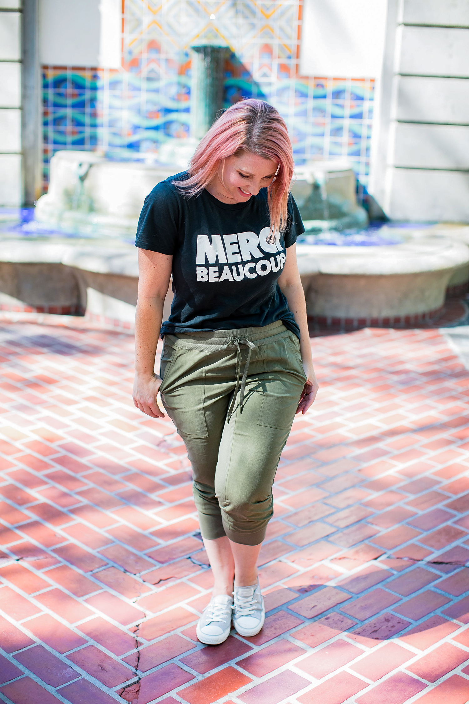 Trying out the athleisure trend? Pair olive joggers with a graphic tee for the perfect mom outfit!