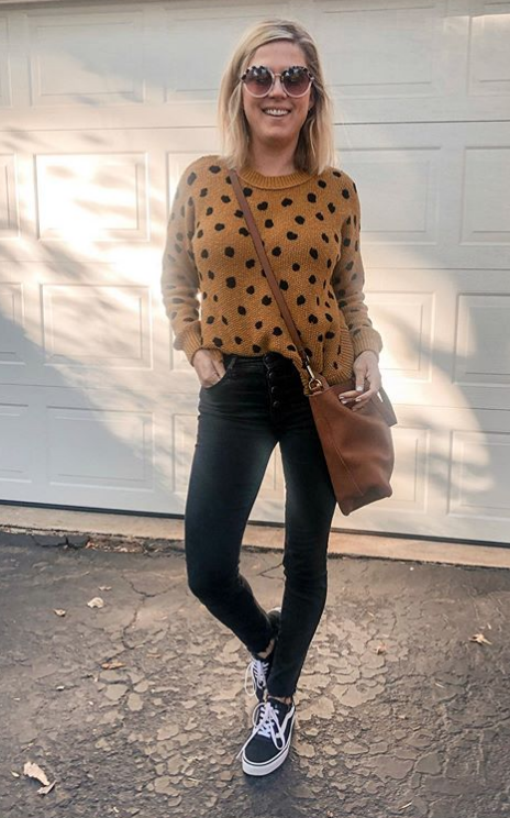 Fall outfit: Black high waisted jeans and sneakers