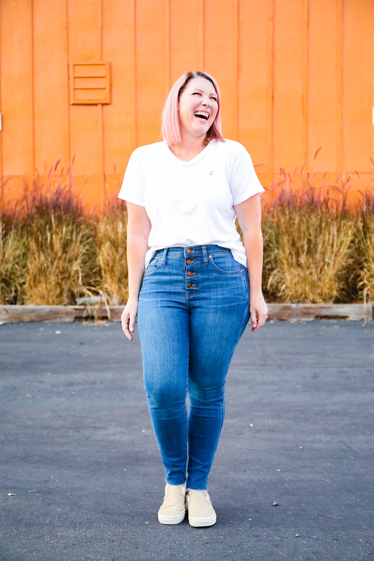 Looking for the BEST light blue jeans for a pear shaped body? Let's talk about the best light denim and what to wear with light blue jeans!