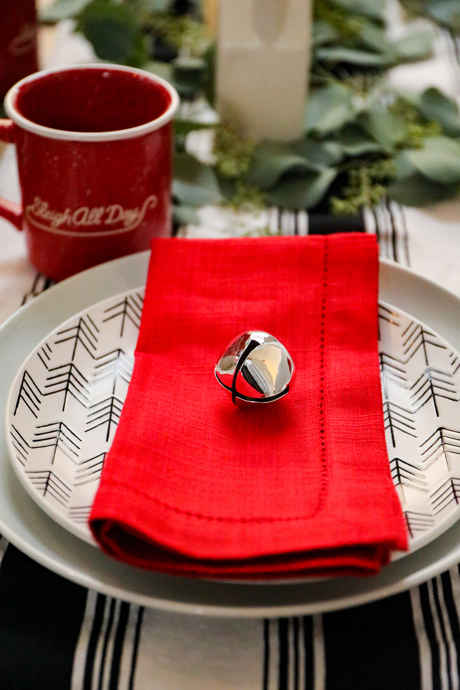 On the hunt for Christmas table settings? I love this modern design, and the black and white accents are great!