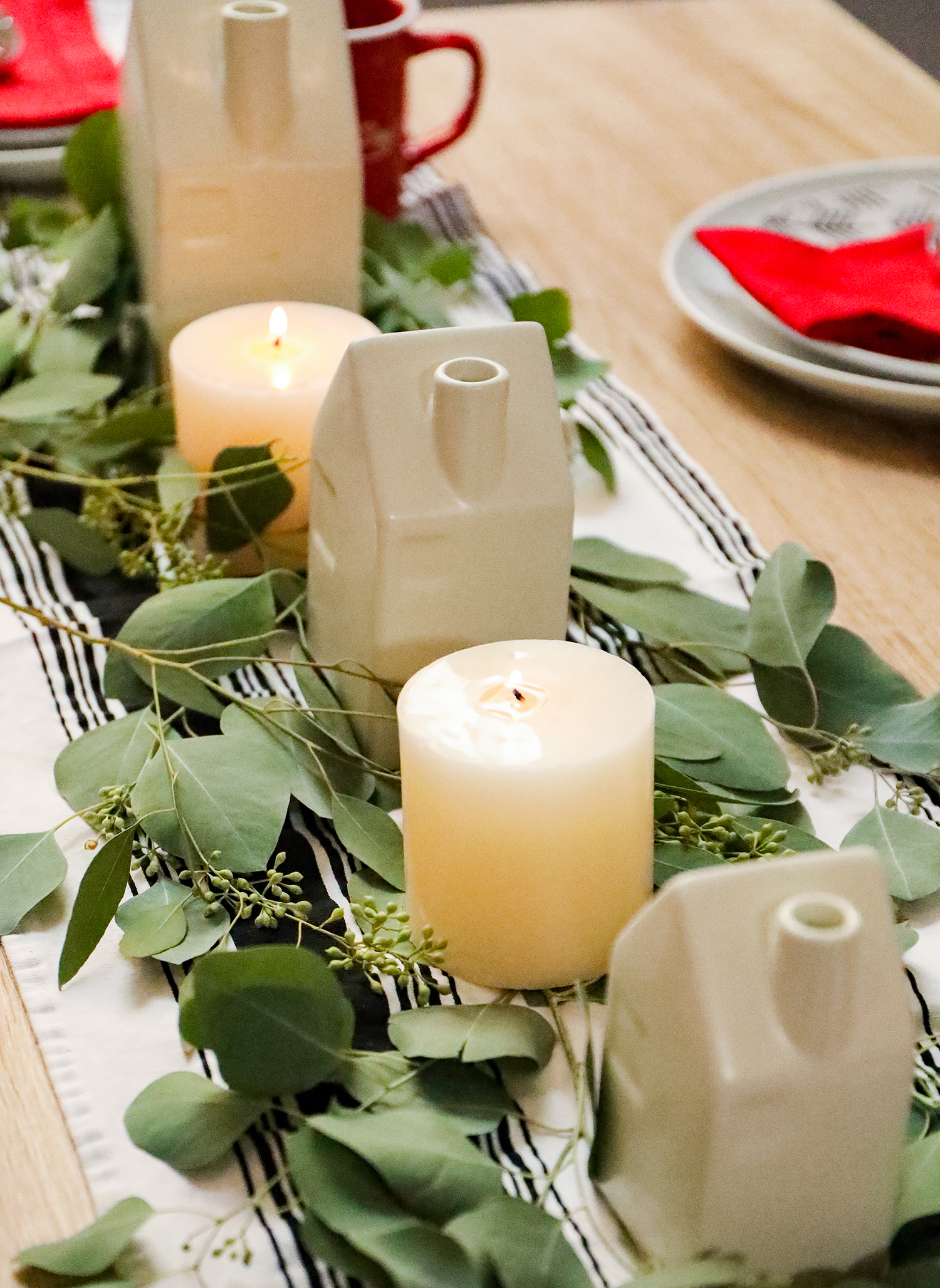 Looking for modern christmas brunch tablescape ideas?!? I love this simple set up filled with black and white accents!