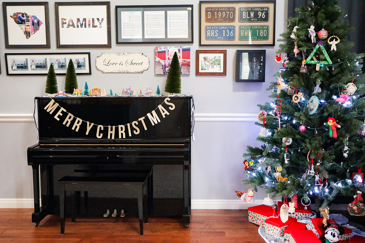 I love the christmas banner on this piano!