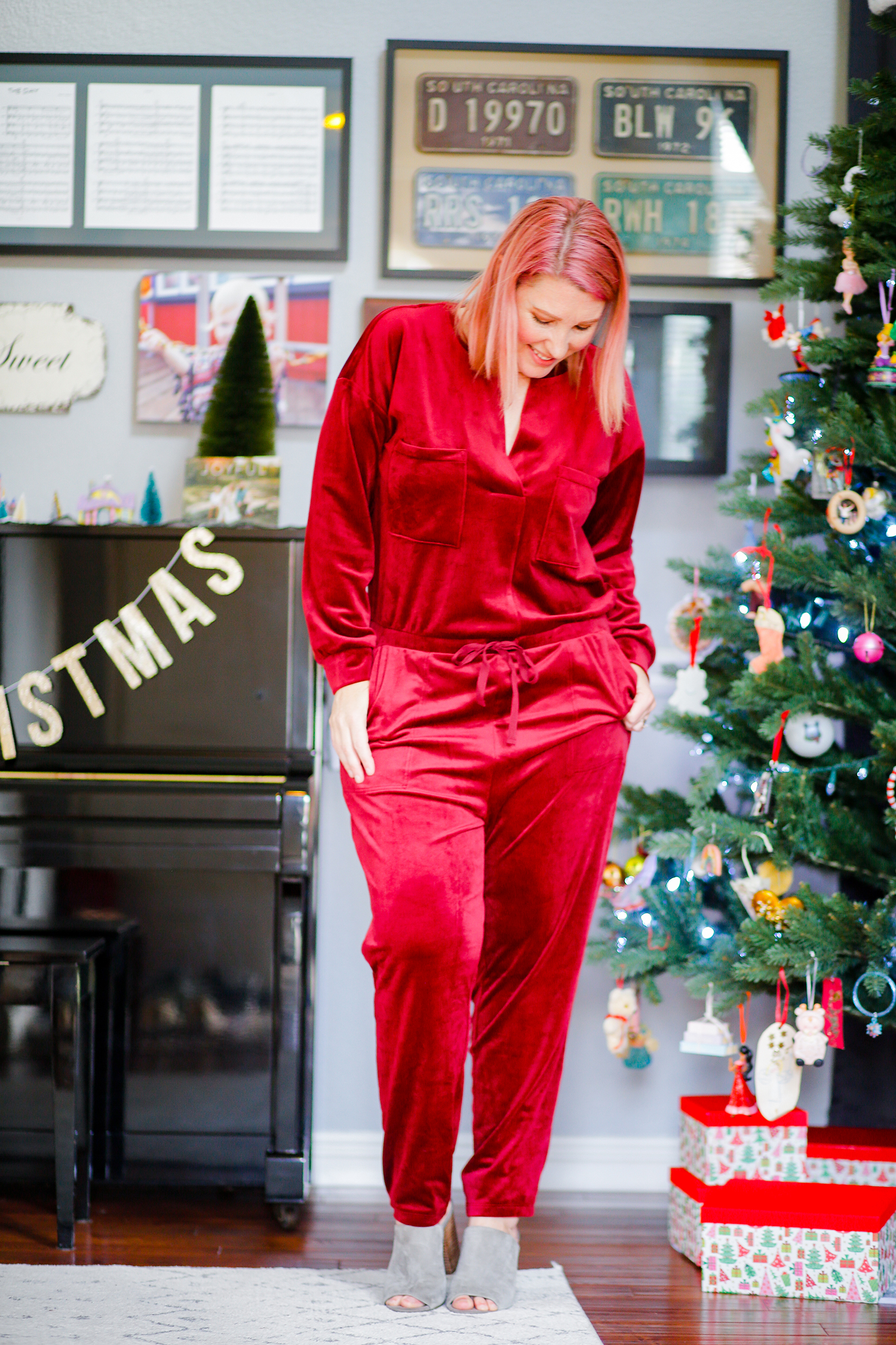 This red jumpsuit is the perfect casual Christmas outfit!!!