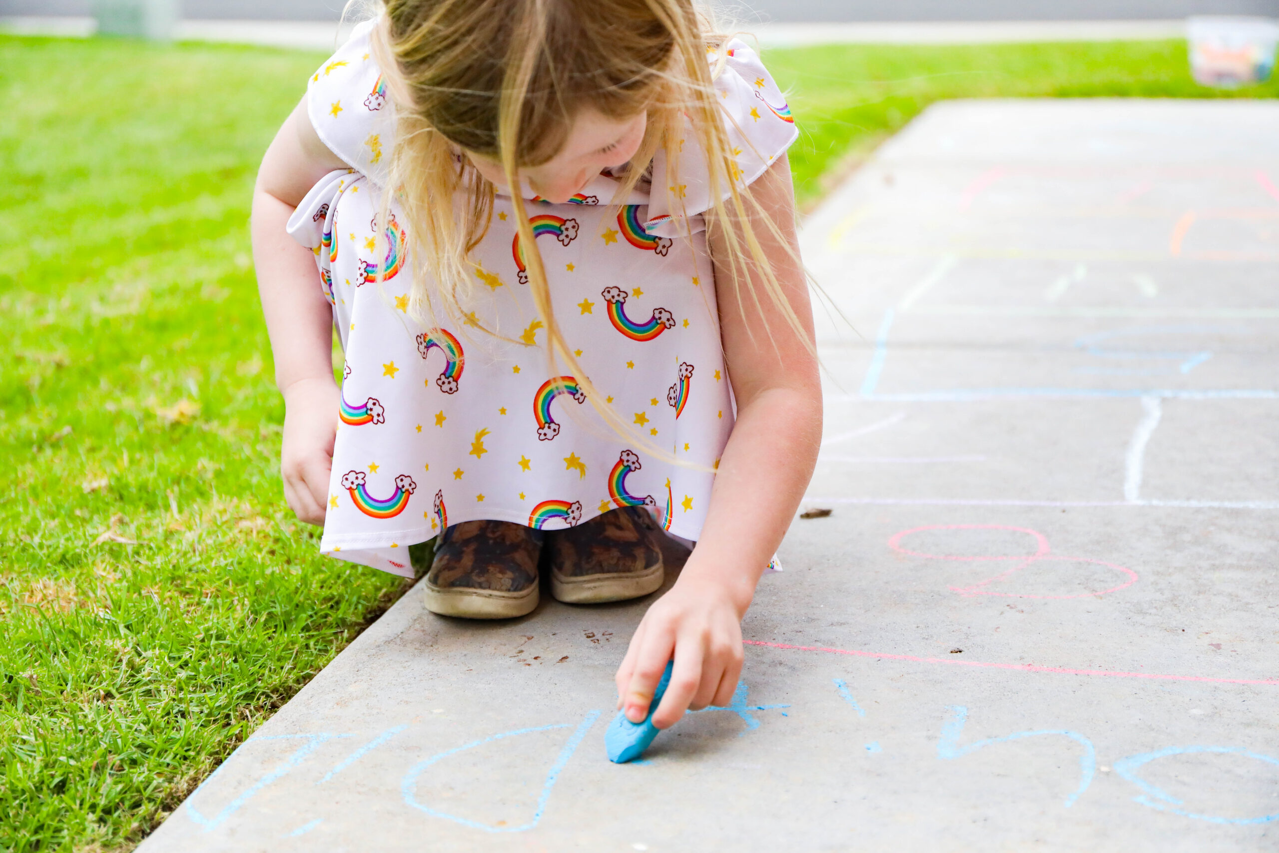 Looking for super fun play ideas you can implement in your driveway? These sidewalk chalk ideas take minimal prep and are a ton of fun!