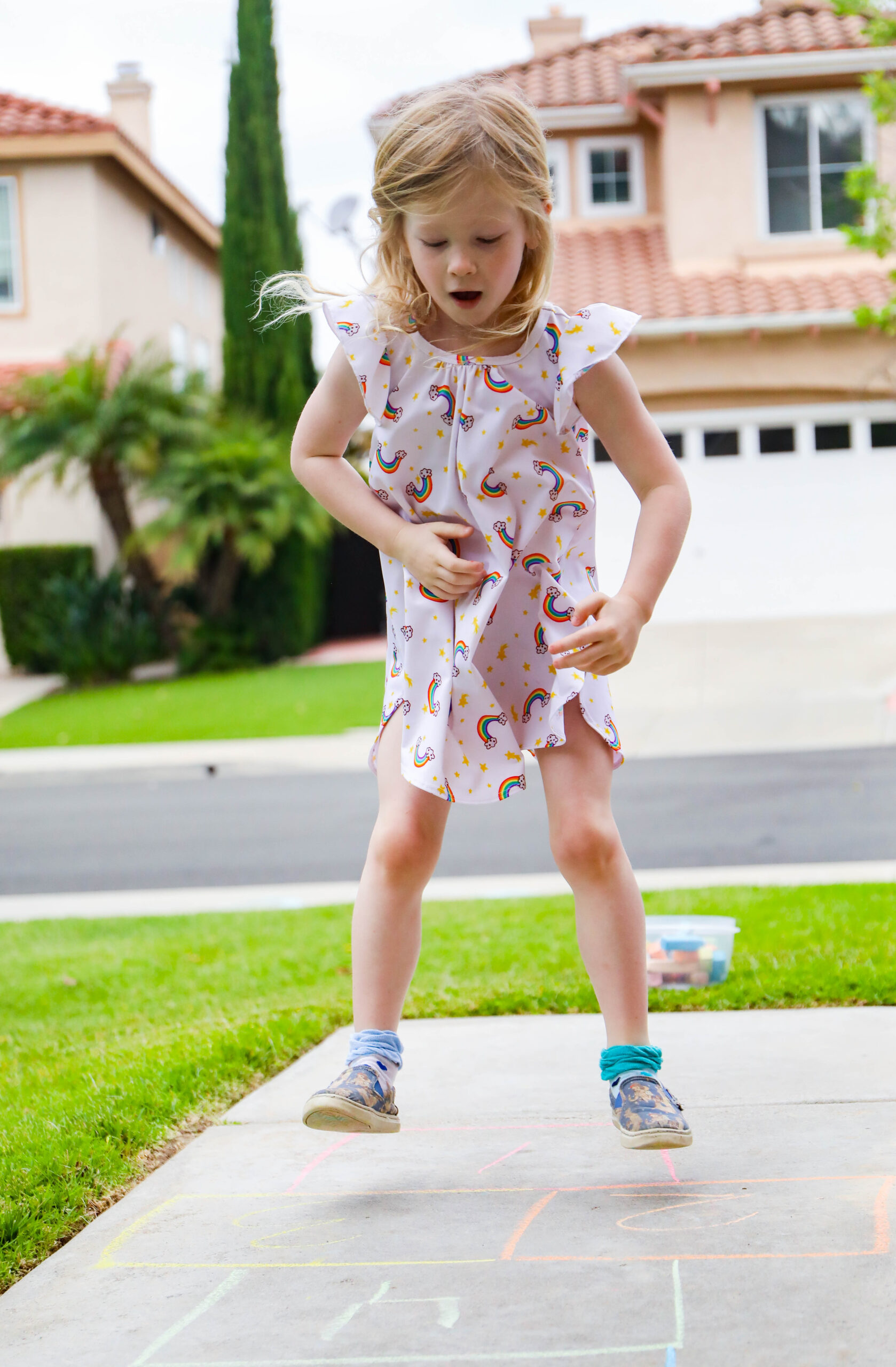 From hopscotch to life sized number lines, these are some great sidewalk chalk ideas!