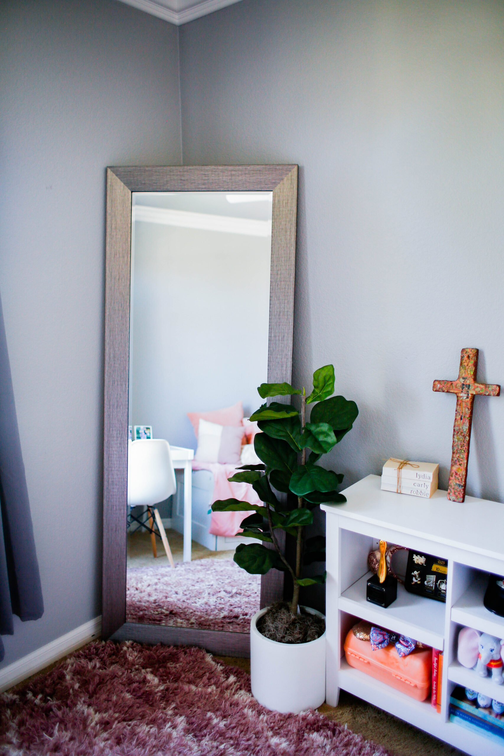 Looking for the perfect standing mirror? I love this one!