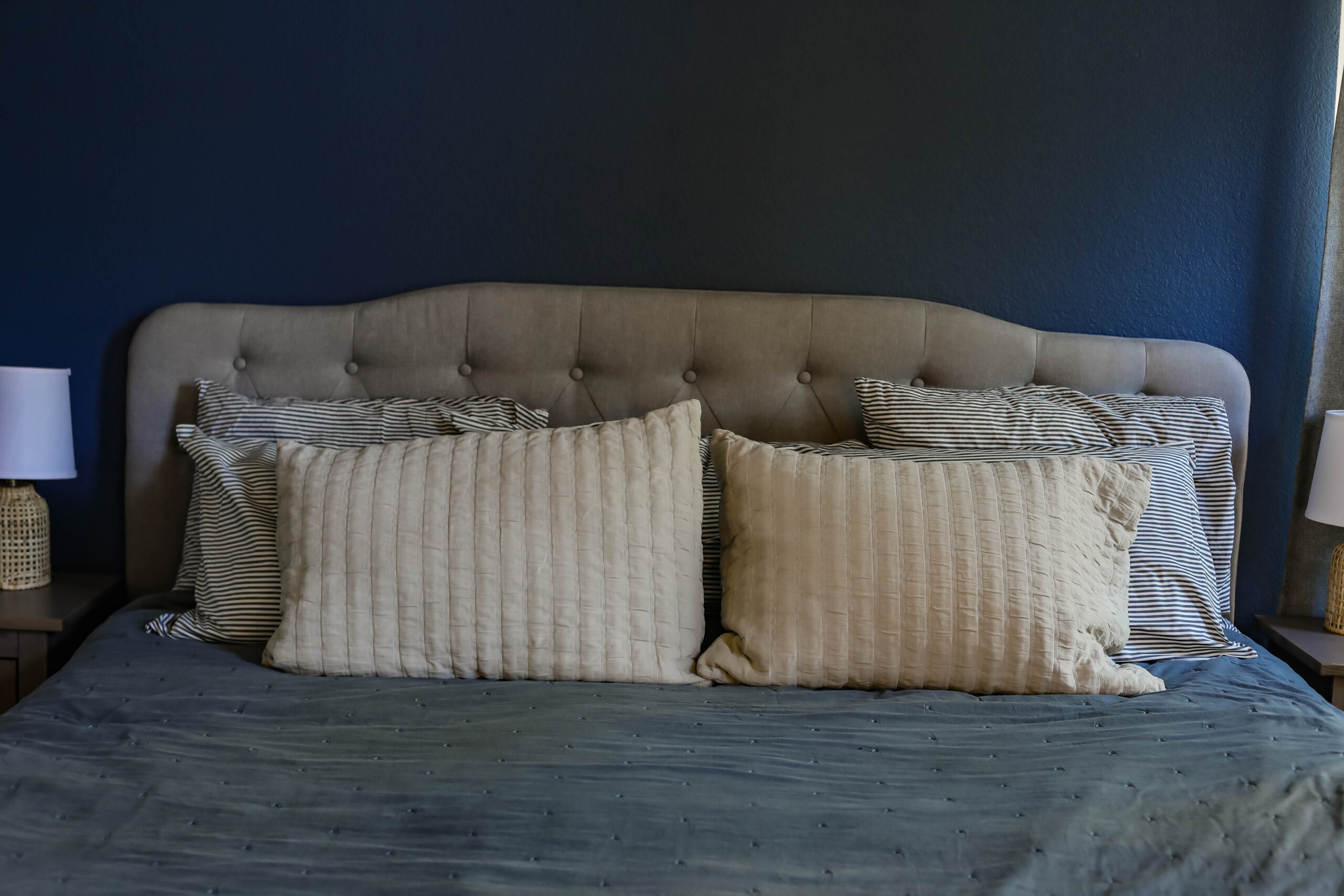 Looking for striped bedding? This navy blue seersucker bedding is PERFECT!