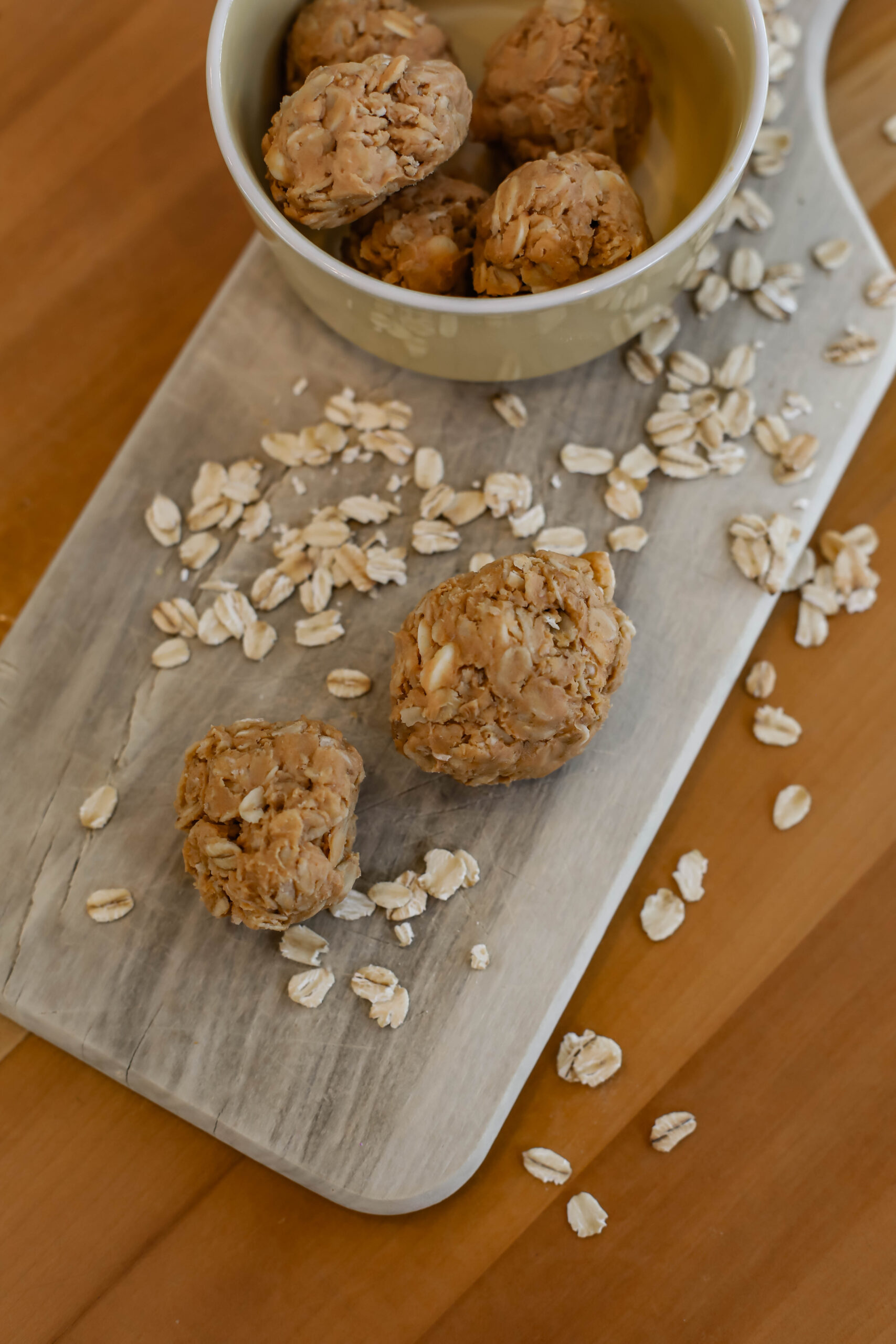 Looking for an easy recipe to make with your kids? Peanut Butter Protein Balls are delish, and a ton of fun to make!